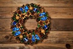 在木背景的圣诞节花圈 免版税库存照片