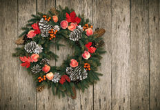 在木背景的圣诞节花圈 免版税图库摄影