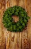 在木背景的圣诞节花圈 库存图片