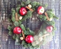 在木背景的圣诞节花圈 免版税库存图片