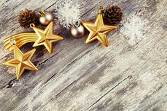 在木背景的圣诞节装饰。葡萄酒样式。 免版税库存图片