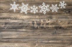 在木背景的圣诞节装饰品白色雪花 库存图片