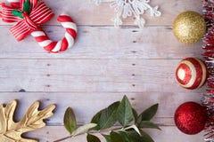 在木背景的圣诞节装饰品 免版税库存图片