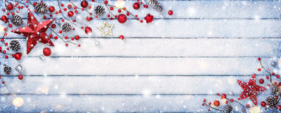 在木背景的圣诞节装饰品 免版税库存照片