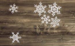 在木背景的圣诞节装饰白色雪花 免版税库存图片