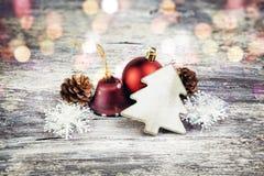 在木背景的圣诞节装饰 例证百合红色样式葡萄酒 免版税库存图片
