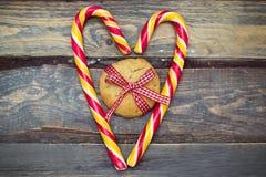 在木背景的圣诞节装饰 圣诞节曲奇饼姜饼做宫殿甜点 库存照片