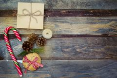 在木背景的圣诞节装饰 复制空间 免版税库存照片