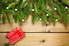 在木背景的圣诞节装饰 免版税库存照片