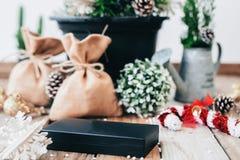 在木背景的圣诞装饰礼物 库存图片