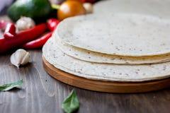 在木背景的墨西哥小面包干玉米粉薄烙饼 库存图片
