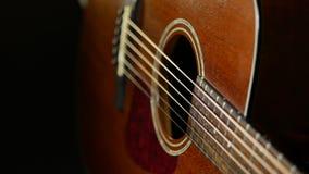 在木背景的声学吉他 关闭乐器 免版税库存照片