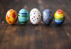 在木背景的复活节五颜六色的鸡蛋 免版税库存图片
