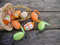 在木背景的复活节彩蛋 图库摄影