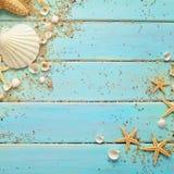 在木背景的夏天贝壳 图库摄影
