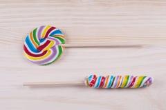 在木背景的多彩多姿的棒棒糖 免版税库存照片