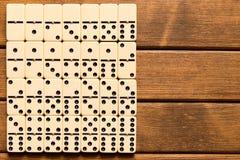 在木背景的多米诺比赛 顶视图 te的空的空间 免版税库存图片