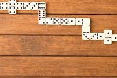 在木背景的多米诺比赛 顶视图 te的空的空间 免版税库存照片
