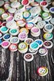 在木背景的多色的按钮 库存照片
