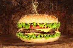 在木背景的大汉堡包 库存图片