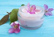 在木背景的奶油色化妆润湿的再生秀丽木兰花 库存照片