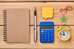 在木背景的学校或学生文具 库存图片