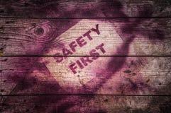 在木背景的安全第一标志 图库摄影