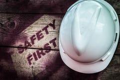 在木背景的安全第一标志 免版税库存图片