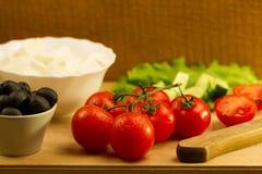 在木背景的家庭烹饪夏天希腊沙拉 免版税图库摄影