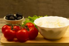 在木背景的家庭烹饪夏天希腊沙拉 库存图片