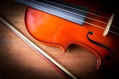 在木背景的小提琴 库存图片