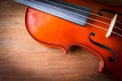 在木背景的小提琴 免版税库存图片