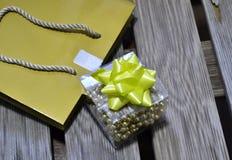 在木背景的小礼物 免版税库存图片