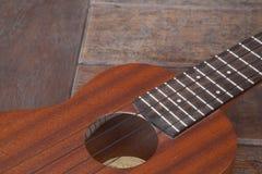 在木背景的尤克里里琴 免版税库存图片