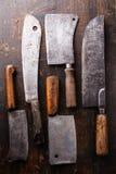 在木背景的屠宰肉砍肉刀 免版税库存图片