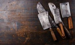 在木背景的屠户砍肉刀 库存图片