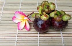 在木背景的山竹果树泰国果子可口甜点 库存照片