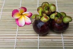 在木背景的山竹果树泰国果子可口甜点 免版税库存图片