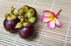 在木背景的山竹果树泰国果子可口甜点 免版税库存照片