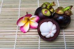 在木背景的山竹果树泰国果子可口甜点 库存图片