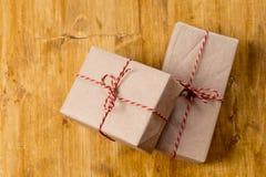 在木背景的工艺圣诞礼物 免版税库存照片
