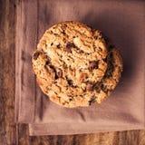 在木背景的巧克力曲奇饼在乡村模式。Choco 免版税图库摄影