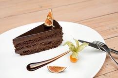 在木背景的巧克力蛋糕点心 免版税库存照片