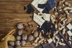 在木背景的巧克力 免版税库存照片