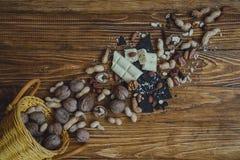 在木背景的巧克力 免版税库存图片