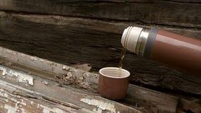 在木背景的布朗热水瓶 股票录像