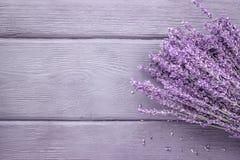 在木背景的干淡紫色束 顶视图,拷贝spac 免版税库存照片