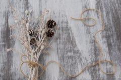 在木背景的干燥花束 免版税库存图片