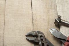 在木背景的建筑工具 复制文本的空间 免版税库存照片