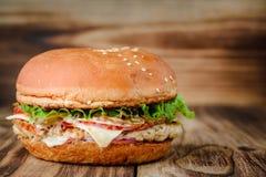 在木背景的开胃自创汉堡 免版税图库摄影